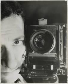 104073_1383824434_erwin-blumenfeld-autoportrait-avec-appareil-photo-1932-1937-tirage-argentique-30-6-x-23-2-cm-c-galerie-le-minotaure-paris