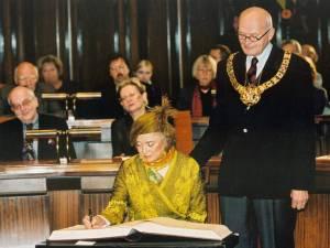 Avec l'ancien maire Mr Herbert Schmalstieg, Niki de Saint Phalle signe le livre d'or de la ville en l'an 2000.