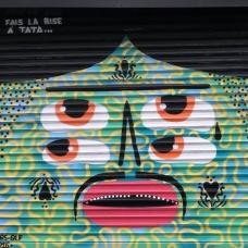 Fais la bise à Tata sur le rideau de fer de la boutique de design, 9 rue Saint Maur